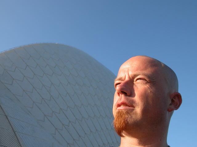 Frank bij het opera gebouw in Sydney.