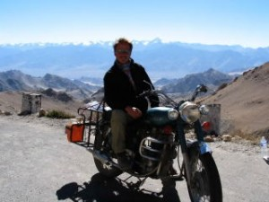 Frank op een Royal Enfield in Ladakh.