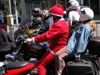 De kerstman heeft zijn rendieren ingeruild voor een Moto Guzzi.