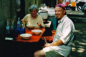 Frank met zijn moeder in een restaurant op straat.