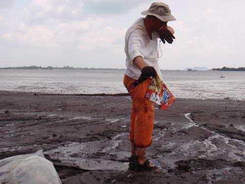 Frank op zoek naar plastic zwerf afval op het strand.