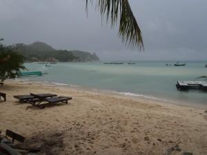 Verlaten stranden en donkere wolken.