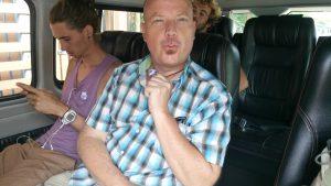 Frank met zijn blauwe stickertje in de minibus.