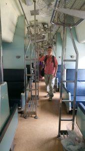 In de trein, waarvan de bedden weer zijn omgetoverd tot zitplaatsen.