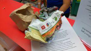 De mooie Thaise kado verpakking aan stukken gescheurd.