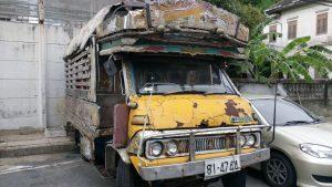 Nee dit is niet de lokale bus, maar een autowrak dat gewoon ergens geparkeerd staat.