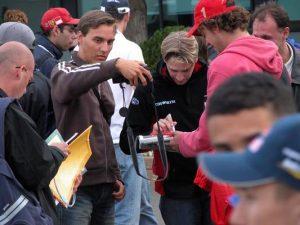 Christijan Albers deelt handtekeningen uit
